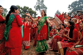Women sing and dance at the Pashupatinath Temple during the Teej festival in Kathmandu, Nepal September 4, 2016. REUTERS/Navesh Chitrakar